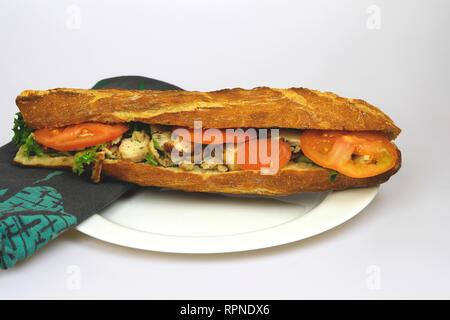 Sandwich de poulet frais. Baguette française. Aliments et boissons. Illustration éditoriale. France