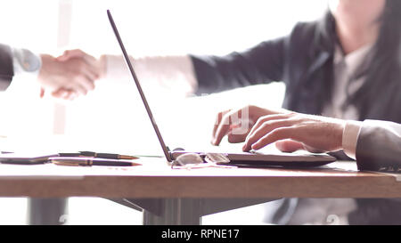 Image floue d'un homme travaillant sur un ordinateur portable