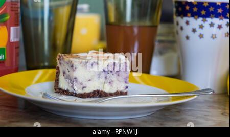Morceau de tarte aux bleuets sur un plateau, des verres dans l'arrière-plan Banque D'Images