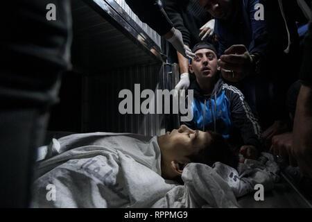 Gaza, la Palestine. Feb 22, 2019. (NOTE DU RÉDACTEUR: Image représente la mort).Yousef Daya corps vu à la morgue de l'hôpital.Départ de Yousef Daya, qui fut martyrisé au cours d'affrontements à la frontière orientale de la ville de Gaza. Credit: Mohamed Zarandah SOPA/Images/ZUMA/Alamy Fil Live News