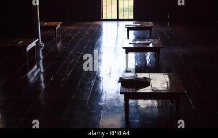 L'éducation rurale dans les pays en développement, une salle d'étude à l'intérieur plein de petits bureaux en bois, pas de dispositifs modernes sur plancher en bois laqué. L Sufficienc Banque D'Images