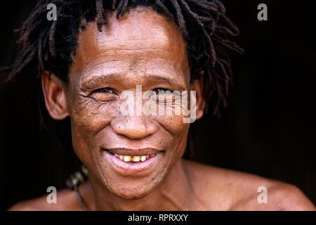 Portrait d'un Bushman du peuple San, Kalahari, Namibie, Afrique Banque D'Images