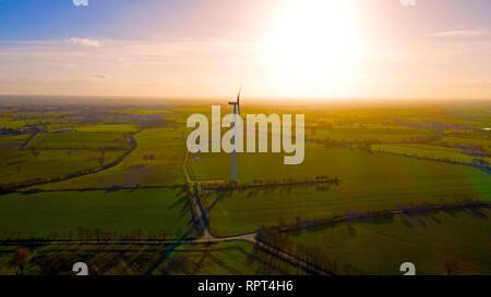 Photo aérienne d'une éolienne dans un champ, joue sur Erdre, France Banque D'Images
