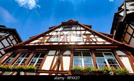 Ciel bleu et reflet des rayons du soleil sur les bâtiments et fenêtres en bois typiques, petite France, Strasbourg, France. Banque D'Images