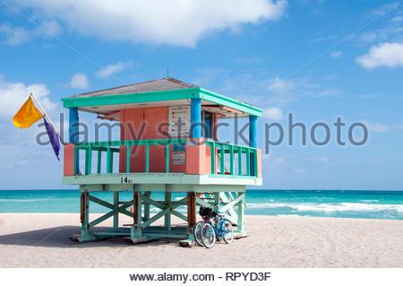 Lifeguard tower colorés sur la plage de Miami. Banque D'Images