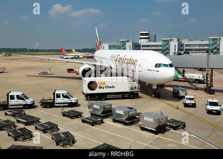 Le déchargement des bagages et préparation de l'aéronef Boeing 777 d'Emirates airline à l'aéroport international de Düsseldorf, Allemagne
