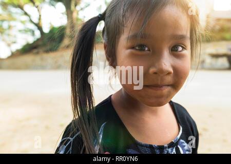 LUANG PRABANG - LAOS - 13 février 2019. Portrait of a beautiful smiling little girl in Laos Luang Prabang. La république ou Laotiens sont un Tai et