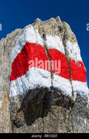 Signalisation pour les randonneurs sur une pierre Banque D'Images