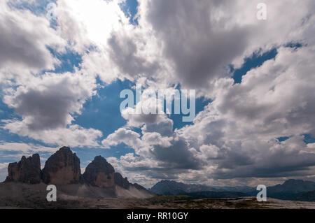 Ciel nuageux avant la pluie sur les Trois Cimes de Lavaredo. Banque D'Images