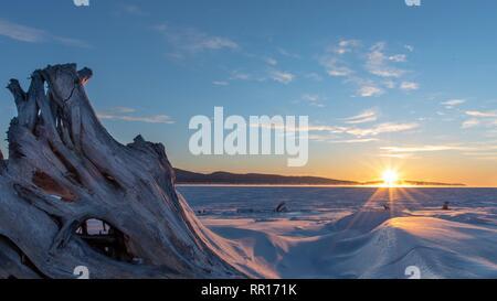 Le lever du soleil sur la baie de Gaspé et de la péninsule de Forillon sur froid matin d'hiver.
