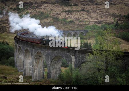 Le train à vapeur Jacobite traditionnelles en haute Glenfinnan viaduc de chemin dans un paysage à l'ouest des Highlands d'Écosse, au Royaume-Uni. Banque D'Images