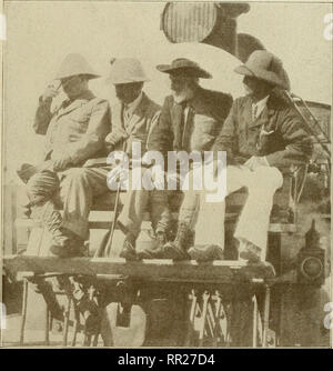 . Voyage-aventure---exploration. Roosevelt, Théodore, 1858-1919; Zoologie. Photographié par Paul Thompson, N. Y. ex-Président Roosevelt en Afrique. Un banc de jardin commun est fermement fixé sur le pilote du moteur de l'East African Railway qui a eu l'éminent groupe de chasseurs de Mombasa sur la côte jusqu'à l'intérieur. Par cet arrangement, les chasseurs négligé aucun des grand match qui foule le pays près de la Railroad et pleinement apprécié les merveilleux paysages des régions traversées dans leur long voyage. Le colonel Roosevelt est vue à la gauche de l'image Réglage de son hôtel Banque D'Images