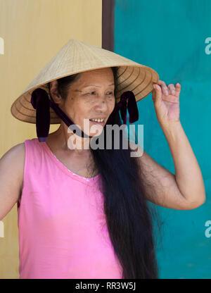 Portrait of smiling vietnam femme portant Chapeau conique traditionnel Banque D'Images