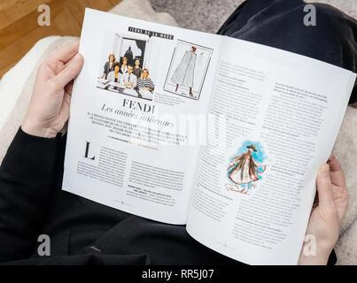 Paris, France - Dec 23, 2019: Le magazine français portant sur Karl Lagerfeld, créateur de mode iconique mort décédé à l'âge de 85 ans d'italien Fendi - Lagerfeld article Banque D'Images