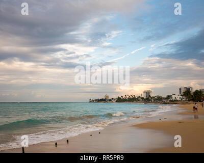 Beau coucher du soleil à Ocean Park Beach à San Juan, Puerto Rico
