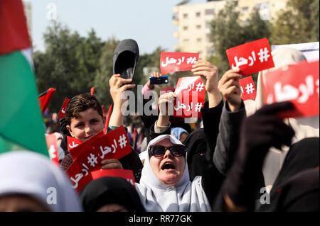 La bande de Gaza. 24 févr. 2019. Des manifestants palestiniens assister à une manifestation, dans la ville de Gaza, le 24 février 2019, exigeant le président palestinien Mahmoud Abbas à démissionner. Abed Rahim Khatib / éveil / Alamy Live News Banque D'Images