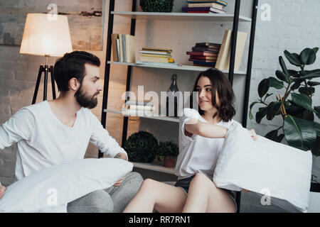 Beau jeune couple en pyjama body glamour à la maison Banque D'Images