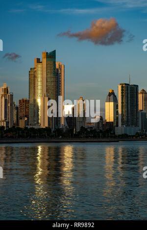 L'horizon de la ville de Panama au coucher du soleil, la ville de Panama, Panama, Amérique Centrale Banque D'Images