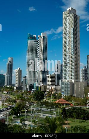Trottoir (Cinta Costera) dans un parc public à la promenade de l'océan et l'arrière-plan la ville de Panama City () Avenida Balboa, Panama, Amérique Centrale