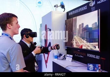 Barcelone, Espagne. Feb 25, 2019. Un visiteur joue au Jeux VR 2019 Mobile World Congress (MWC) de Barcelone, Espagne, le 25 février 2019. Les quatre jours de la CMM 2019 s'est ouverte lundi à Barcelone. Credit: Guo Qiuda/Xinhua/Alamy Live News