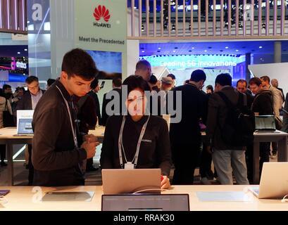 Barcelone, Espagne. Feb 25, 2019. Les personnes sont considérées au stand de l'entreprise tech chinois Huawei au Mobile World Congress 2019 (MWC) à Barcelone, Espagne, le 25 février 2019. Les quatre jours de la CMM 2019 s'est ouverte lundi à Barcelone. Credit: Guo Qiuda/Xinhua/Alamy Live News