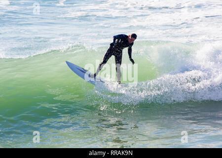 Bournemouth, Dorset, UK. Feb 25, 2019. Météo France: de grosses vagues et beaucoup de créer des conditions de surf surf idéal pour les surfeurs à la plage de Bournemouth sur un beau jour ensoleillé chaud devrait être la journée la plus chaude de l'année et les plus chaudes jamais jour de février. Surfer sur les vagues de surf. Credit: Carolyn Jenkins/Alamy Live News Banque D'Images