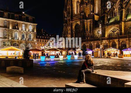 STRASBOURG, FRANCE - NOV 29, 2017: endroit majestueux de château illuminé avec Notre-Dame de la cathédrale de Strasbourg au crépuscule lors de Marché de Noël Banque D'Images