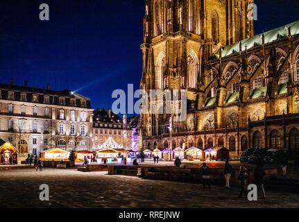 STRASBOURG, FRANCE - NOV 29, 2017: nuit d'hiver avec majestueuse Place de Château illuminé avec Notre-Dame de la cathédrale de Strasbourg au crépuscule lors de Marché de Noël Banque D'Images