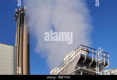 Valorisation énergétique de déchets avec haute cheminée et tours de refroidissement de la vapeur aux beaux jours avec ciel bleu Banque D'Images