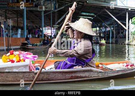 Damnoen Saduak, Thaïlande - 29 août 2018: femme vendant des guirlandes d'un bateau dans le marché flottant de Damnoen Saduak, Ratchaburi, Thaïlande. Banque D'Images