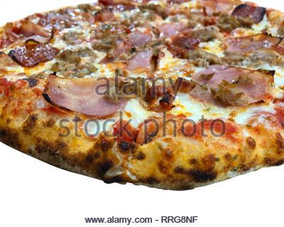 Détails sur une pizza maison isolated over white Banque D'Images