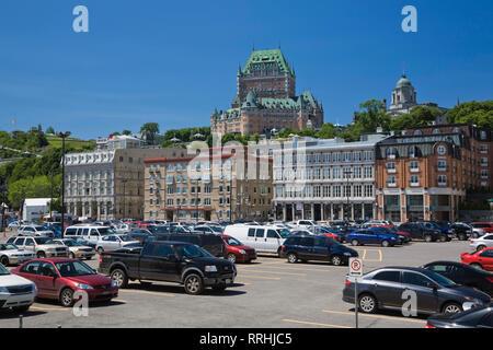 Parking situé en partie basse de la ville du vieux Québec avec de vieux bâtiments le long du boulevard Champlain et le Château Frontenac, Canada