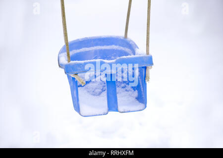 Swing vide en hiver avec de la neige Banque D'Images