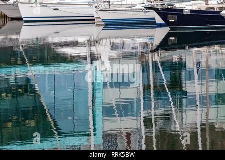 Reflets dans la mer, sur une journée calme. À partir de l'un des ports de plaisance à Bergen, Norvège