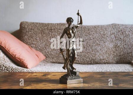Dame justice ou justitia statue sur la table dans la salle de séjour: le propriétaire et locataire droit ou droit de séjour concept Banque D'Images