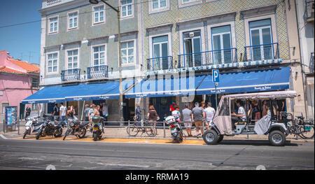 Lisbonne, Portugal - 7 mai 2018: Les gens d'attente en face de la fameuse boulangerie Pasteis de Belem acheter le pastel de nata un jour de printemps Banque D'Images