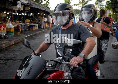 Deux moto. Man and Woman riding a motorcycle et porter un casque de sécurité et le visage masque anti pollution