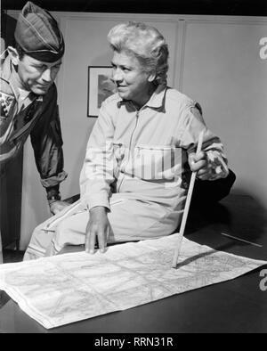 """Cochran, Jacqueline """"Jackie"""", 11.5.1906 - 9.8.1980, American aviatrix, demi-longueur, pendant la préparation d'un vol record, avec le colonel Charles """"Chuck"""" Yeager, Commandant de l'US Air Force Test Pilot School, Edwards Air Force Base, en Californie, au début des années 1960, à Additional-Rights Clearance-Info-Not-Available Banque D'Images"""
