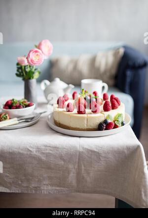 Délicieuse tarte aux fraises avec de bleuets frais sur la table, le gâteau au fromage. Concept d'aliment sucré, l'idée de la vie saine