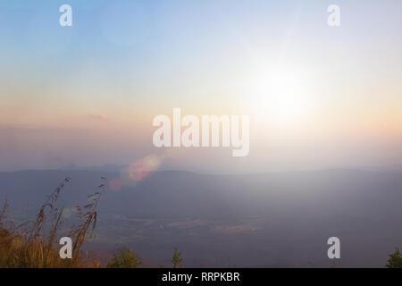 De style vintage abstract blur bokeh orange sur le terrain à l'automne de la lumière et de l'herbe de montagne jeune photographe à la recherche de paysages magnifiques pendant la golden hour bien r