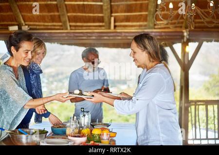 Manger sain petit déjeuner en groupe au cours de yoga retreat hut Banque D'Images