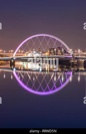 Glasgow/Ecosse - 20 septembre 2016: Le Clyde Arc reflète dans la nuit à Clyde River, vue portrait