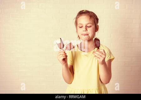 Happy little girl de manger ma glace à l'heure d'été, copy space Banque D'Images