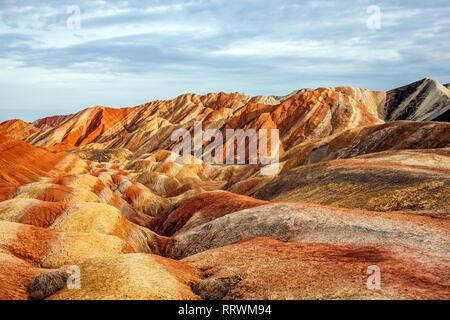 Vue imprenable sur les montagnes de l'Arc-en-ciel parc géologique. Stripy Relief Danxia Zhangye parc géologique, dans la province de Gansu, en Chine. Vallée sur une journée ensoleillée. Banque D'Images