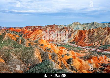 Vue imprenable sur les montagnes de l'Arc-en-ciel parc géologique. Stripy Relief Danxia Zhangye parc géologique, dans la province de Gansu, en Chine. Pics acérés et Road Banque D'Images