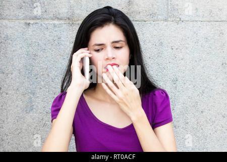 Belle femme italienne de recevoir de mauvaises nouvelles à l'extérieur avec copie espace Banque D'Images