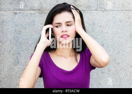 Femme italienne choqué de recevoir de mauvaises nouvelles à l'extérieur avec copie espace Banque D'Images