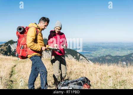 Autriche, Tyrol, couple avec la carte de la randonnée dans les montagnes Banque D'Images
