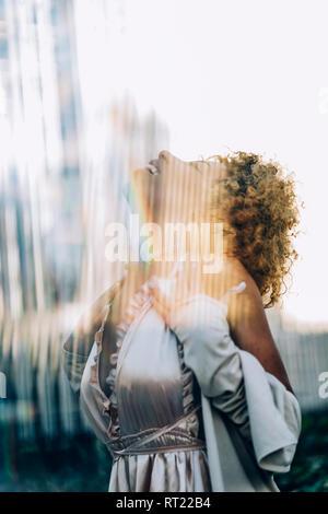 Happy woman avec des réflexions porte une robe