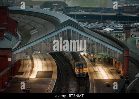 La ville de Cork, Cork, Irlande. 27 Février, 2019. Une vue de la gare de Kent, Liège comme un train intercity attentes à la plate-forme pour son prochain voyage. Banque D'Images
